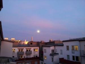 Till Chiou Ho-shun: en bit himmel, några hus, och en måne. Här är en bild från där jag bor, som du har önskat.
