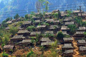 Flyktinglägret Mae La i Thailand. Enligt UNHCR finns 92 000 registrerade burmesiska flyktingar i Thailand. Ytterligare 54 000 uppskattas befinna sig längs gränsen mellan länderna som asylsökande. Många av dem har flytt undan inbördeskrigen.