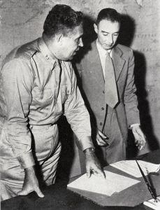 Groves och Oppenheimer vid Manhattanprojektet under 1940-talet.