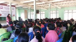 Mun Muan från Dawn Tonzang, Chin state, håller ett inspirerande tal under seminariet om könsrelaterat våld